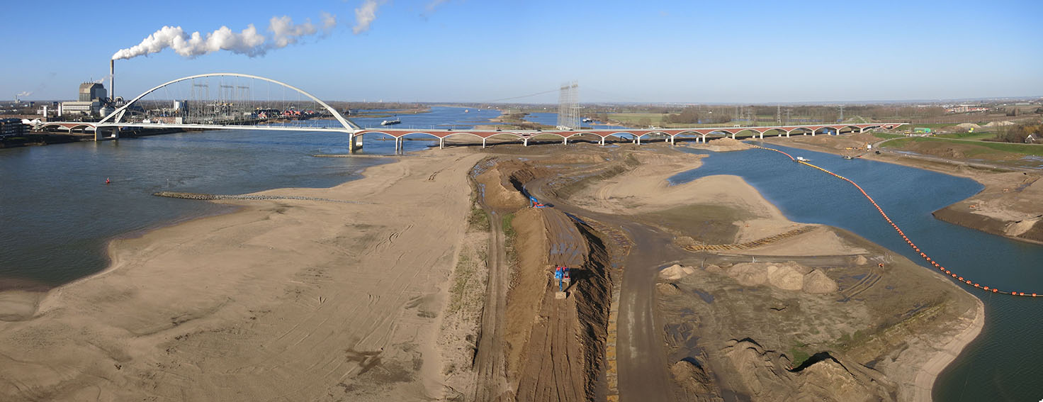 The finished dike relocation of Lent (project: Room for the River). Panorama bridge. © Dirk Oomen/oomenlandschap